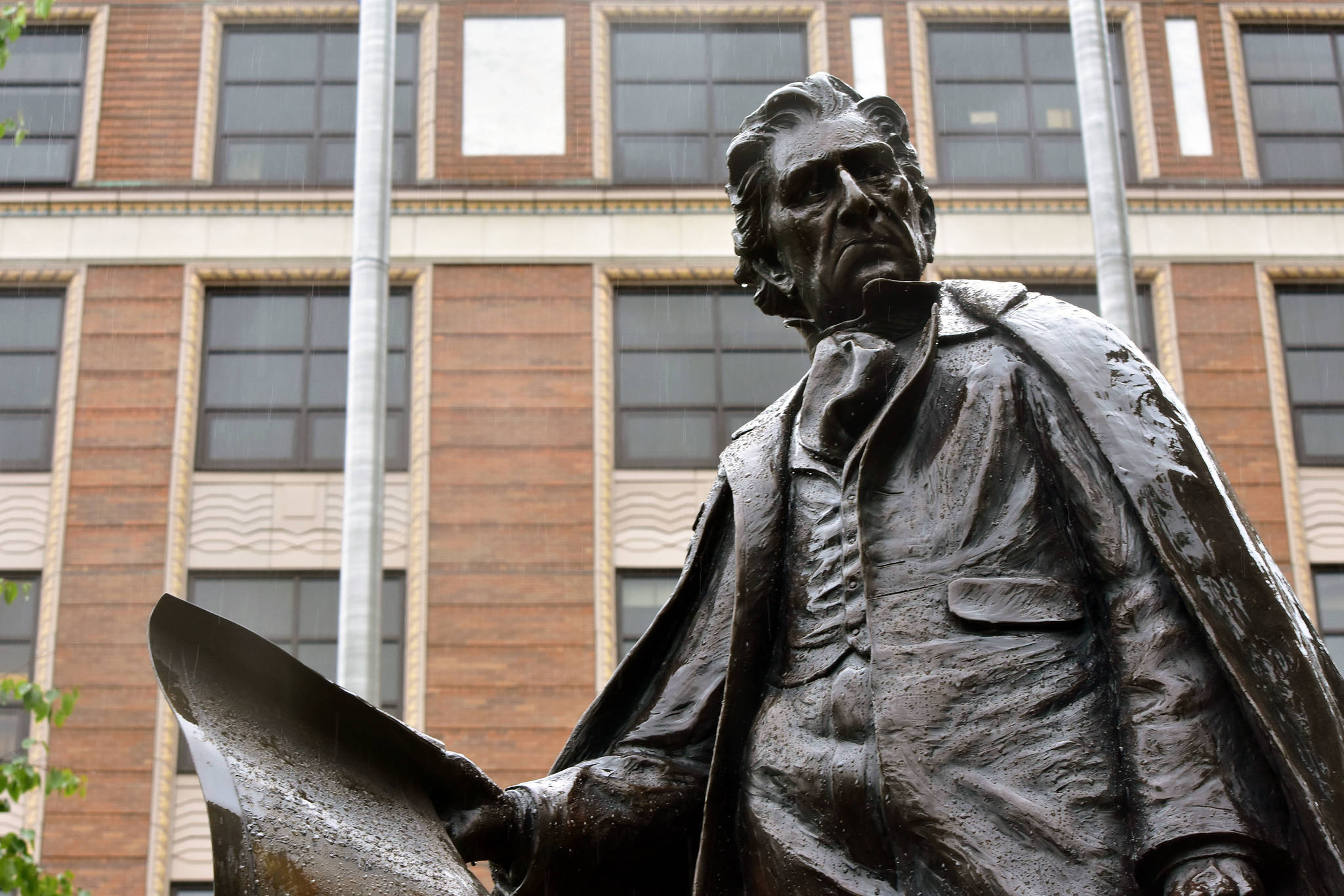 Polarizing Petition: Hundreds call for statue's removal